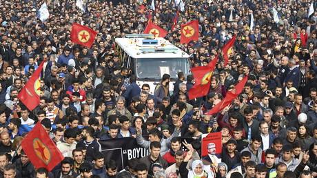 Des manifestants Kurdes accompagnent la dépouille de l'avocat Tahir Elci