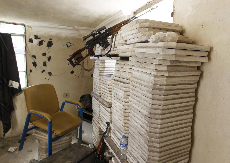 Les fusils de fabrication russe Dragunov SVD ou les célèbres AK-47 sont très nombreux. Parfois ils avaient été achetés par les Etats-Unis pour fournir l'armée irakienne.