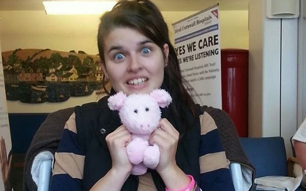Elisa Bianco à l'hôpital, arborant une peluche qui lui a été offerte par sa protectrice.