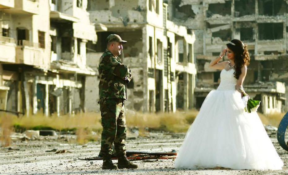 «La vie continue» : les photos émouvantes d'un mariage en plein coeur de Homs dévastée