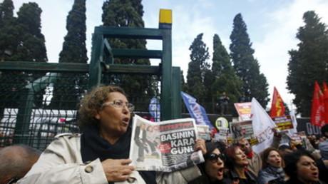 Vendredi dernier, plusieurs centaines de manifestants se sont rassemblés devant le siège du journal à Istanbul pour dénoncer l'incarcération des deux journalistes