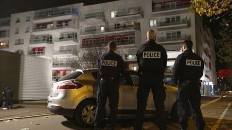 La police française s'apprête à perquisitionner un immeuble, en banlieue de Strasbourg
