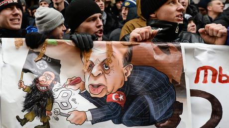 Manifestation dénonçant les actions de l'aviation turque près de l'ambassade de Turquie à Moscou