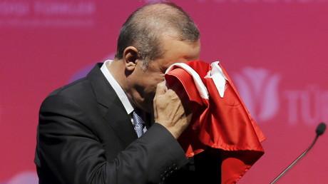 Le président Erdogan embrassant le drapeau turc