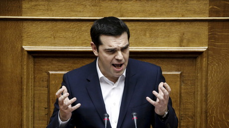 Alexis Tsipras devant le Parlement grec, samedi soir.