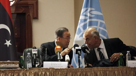 Le secrétaire général des Nations Unies, Ban Ki-moon, en discussion avec le Premier vice-président du Parlement de Tobrouk, le seul reconnu par la communauté internationale, à Tripoli, en Octobre 2014