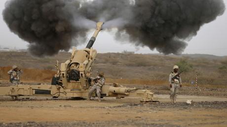 Tire de l'artillerie saoudienne à la frontière yéménite le 13 avril 2015. L'Arabie Saoudite a accru ses importations en armement ces derniers mois notamment en provenance des entreprises américaines et allemandes.