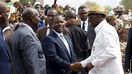 Guillaume Soro serre la main du président ivoirien Alassane Ouattara le 25 juillet 2015