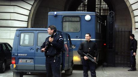Des fondamentalistes musulmans arrivent au palais de justice de Paris sous lourde escorte policière dans le cadre du procès des attentats de 1995.
