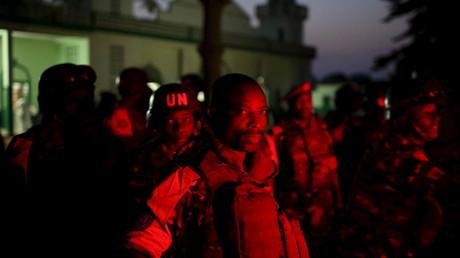 Des casques bleus protègent une mosquée à Bangui, capitale centrafricaine.