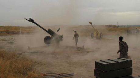 Tirs d'artilleries de l'armée afghan pendant la bataille pour reprendre la ville de Kunduz sous le contrôle des talibans le 29 avril 2015