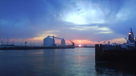 Le port de Calais où des centaines de migrants sont dans l'attente d'une traversée vers l'Angleterre (Source : Wikipédia)
