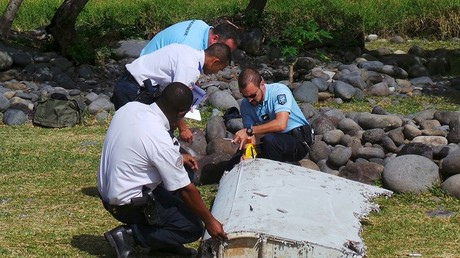 Des gendarmes français analysent un morceau d'aile retrouvé à La Réunion, appartenant probablement au Boeing de la Malaysian Airlines