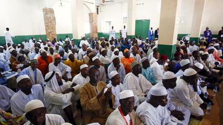 Les paroissiens de la mosquée Koudoukou à Bangui suivent la rencontre entre  le Pape François et l'imam Tidiani Moussa Naibi