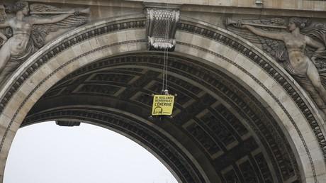 Greenpeace escalade l'Arc de Triomphe pour militer pour l'énergie renouvelable (IMAGES)