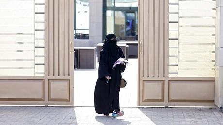 Pour la première fois, certaines femmes privilégiées ont pu se rendre dans les urnes en Arabie saoudite.