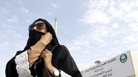 Une femme saoudienne quitte un bureau de vote, scène inédite en Arabie saoudite