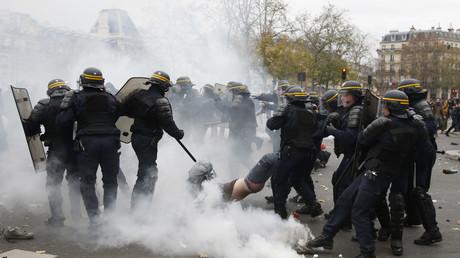 Echauffourés entre CRS et émeutiers pendant la COP21 à Paris.