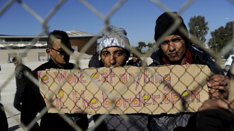 Migrants manifestent dans le stade olympique de Palio Faliro
