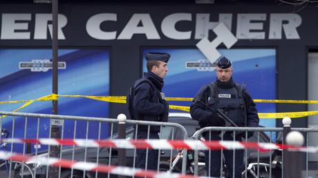 Devant l'Hyper Cacher après les attentats de janvier