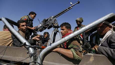 Des militants Houthis patrouillent au Yémen