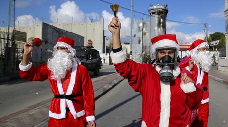 Jeunes Palestiniens déguisés en père Noel à Bethléem.