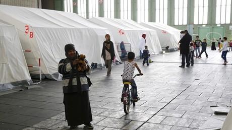 Des réfugiés dans un hangar de l'ancien aéroport berlinois de Tempelhof.