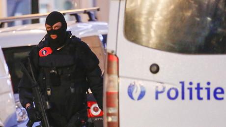 Un policier belge pendant un raid à Bruxelles