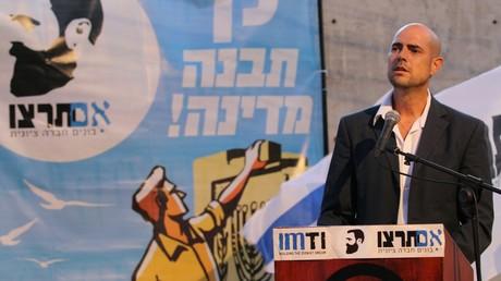 Amir Ohana en meeting en août 2014