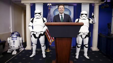 Le porte-parole de la Maison Blanche Josh Earnest entouré de Stormtrooper  lors d'une conférence de presse avant une projection organisée pour Barack Obama et des anciens combattants, le 18 décembre