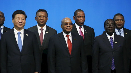 Le président Chinois Xi Jinping et son homologue Robert Mugabe (à droite).