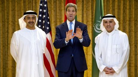 Le Secrétaire d'Etat américain John Kerry rencontre le ministre des affaires étrangères des Emirats arabes Abdullah bin Zayed Al Nahyan et son homologue saoudien Adel al-Jubeir