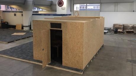 Un modèle de structure en aggloméré qui remplacera les abris Ikea en plastique.
