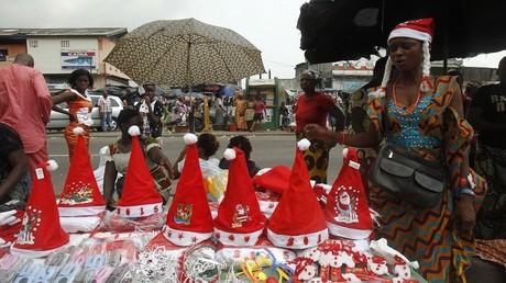 Un vendeur de chapeaux de Père Noël à Abidjan (Côte d'Ivoire) en Décembre 2014.
