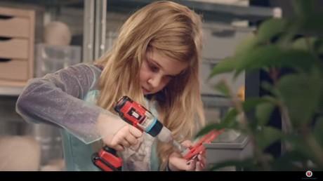 Dans la publicité, les petites filles troquent les princesses pour des visseuses