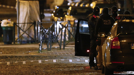 Les forces de police belge au cours d'une opération dans le quartier de Molenbeek le 22 novembre 2015