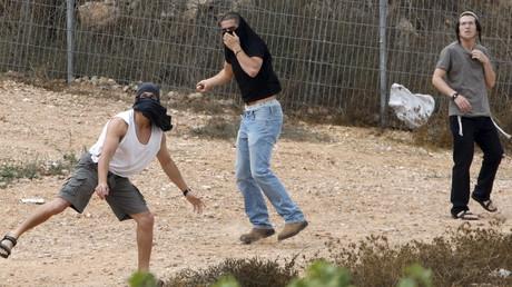 Des colons juifs jettent des pierres sur des maisons palestiniennes à Hebron