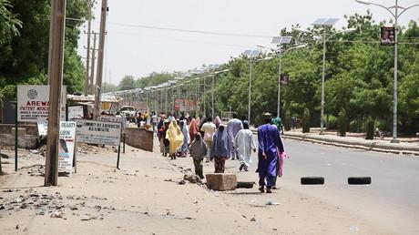 Des habitants qui fuient après une explosion dans la ville de Maiduguri le 14 mai 2015