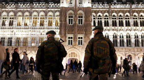 Des militaires belges patrouillent au marché de noël de Bruxelles le 24 décembre dernier