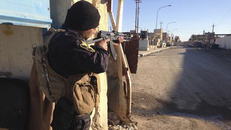 Un soldat irakien garde des positions