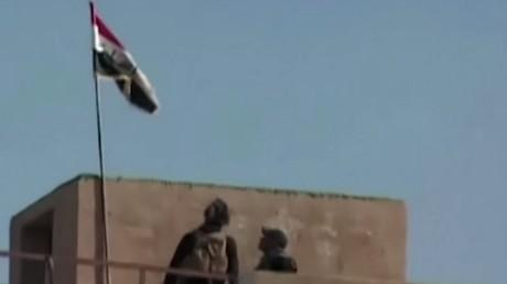 Les troupes irakiennes hissent le drapeau irakien à Ramadi