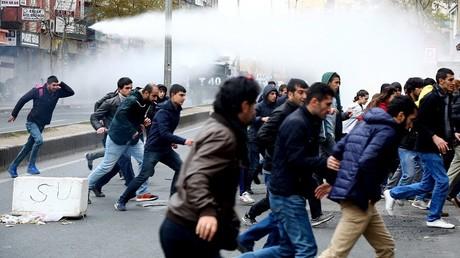 Les manifestants pro-kurdes ont été dispersés par la force par la police turque.