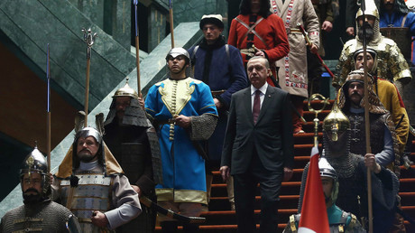 Recep Tayyip Erdogan avec des soldats portant dfes uniformes ottomans