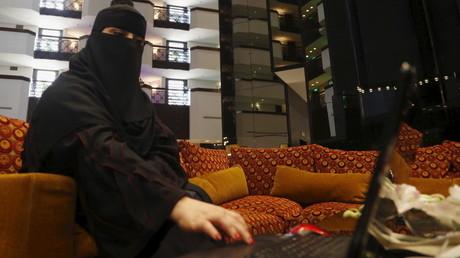 Une femme saoudienne dans un centre commercial.