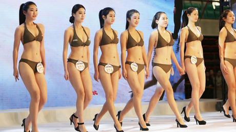 Les jeunes femmes candidates lors de leur défilé.