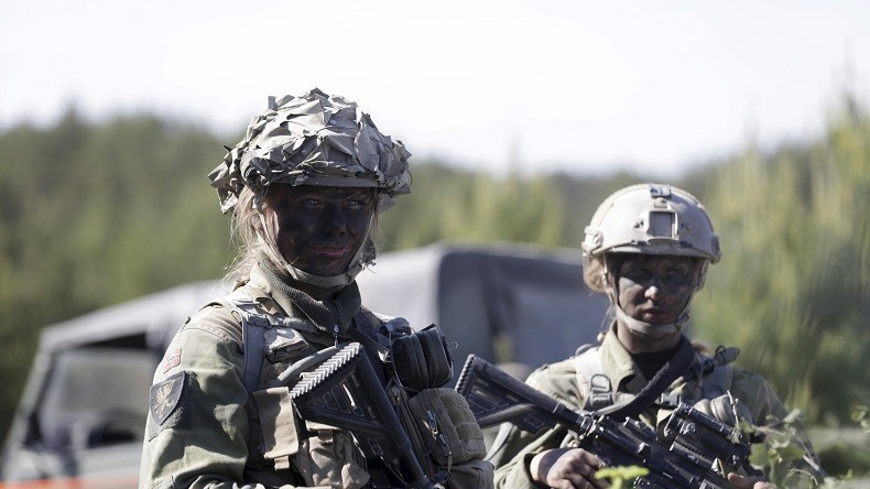 Poussin de l'armée nue