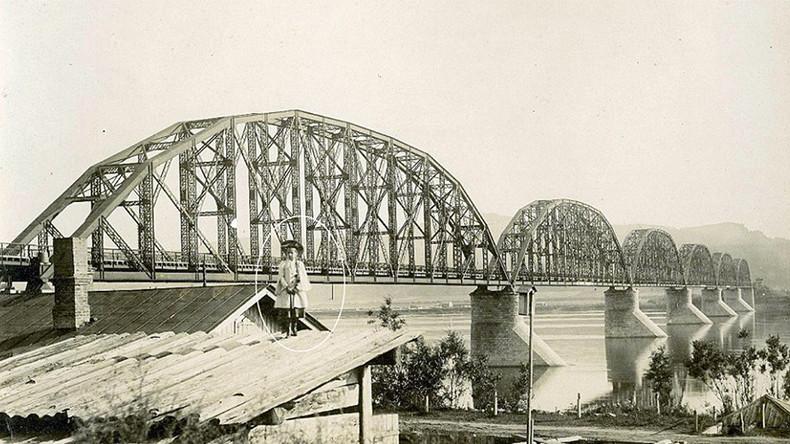 Fillette fantôme sur un toit devant un pont ferroviaire de la ville sibérienne, 1899