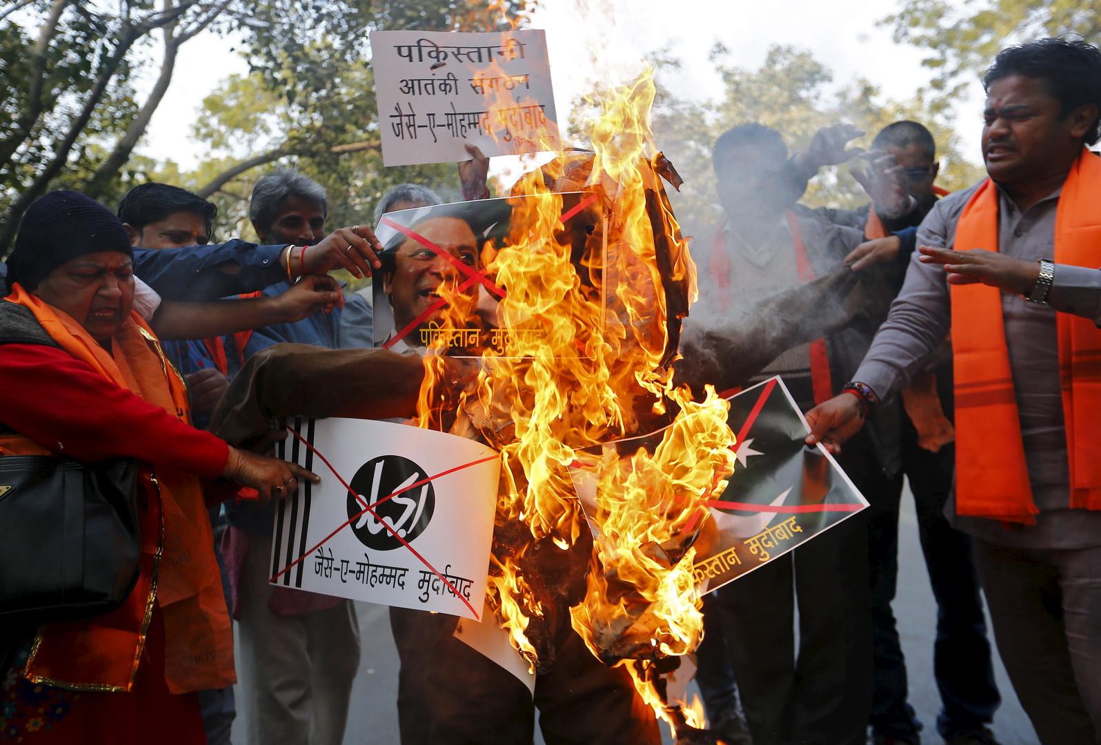 Les Indiens brûlent l'effigie du Premier ministre pakistanais, Nawaz Sharif