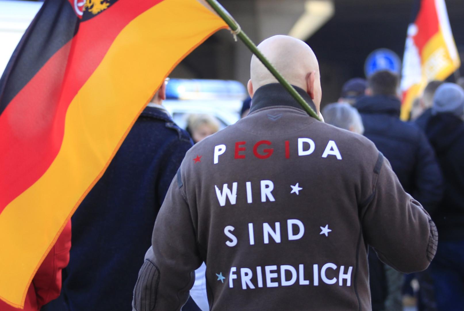 Gaz lacrymogène et canons à eau contre les manifestants de PEGIDA à Cologne