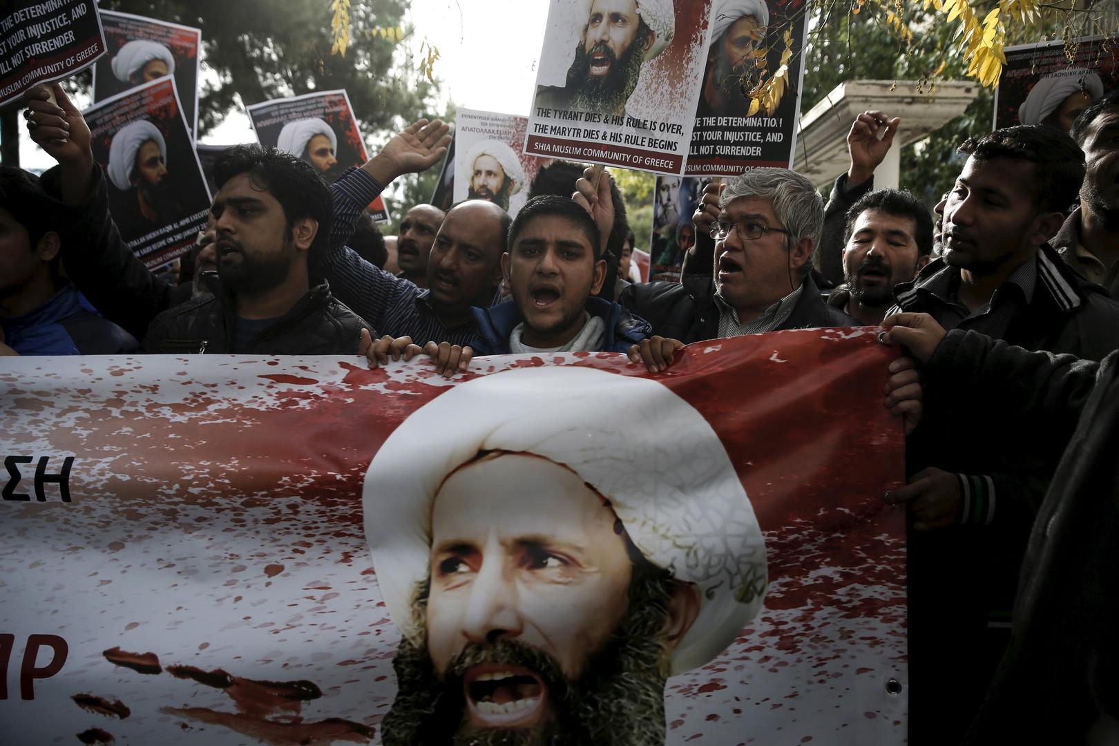 Des musulmans chiites habitant en Grèce brandissent des photos du Cheikh Nimr Baqer al-Nimr et crient des slogans lors d'une manifestation contre son exécution en Arabie saoudite, à l'extérieur de l'ambassade d'Arabie saoudite en Grèce, à Athènes, le 6 janvier 2016